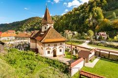 Gammal kyrka i den Simon vilagen, förbud-Moeciu, Rumänien arkivfoto