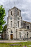Gammal kyrka i England och molnig himmel Arkivfoton