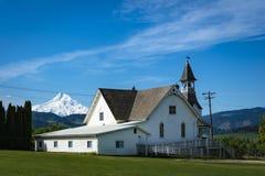 Gammal kyrka i liten stad royaltyfri foto