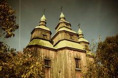 Gammal kyrka i skogen Royaltyfri Foto