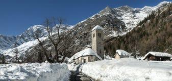 Gammal kyrka i vintersäsongen, Macugnaga - Italien royaltyfria foton