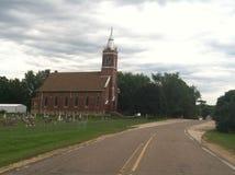Gammal kyrka med kyrkogården Royaltyfria Bilder