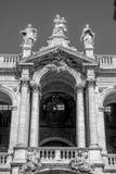 Gammal kyrka med stora kolonnader Royaltyfri Foto