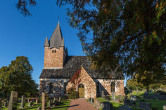 Gammal kyrka med träd arkivfoto