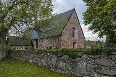 Gammal kyrka med träd royaltyfri foto