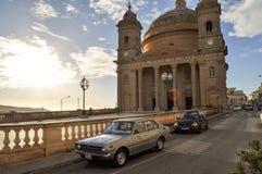 Gammal kyrka och gammal bilsikt fotografering för bildbyråer