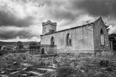 Gammal kyrka och grav Yarrd arkivfoto