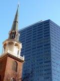 Gammal kyrka och skyskrapa Arkivbild