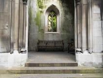 Gammal kyrka och träbänk Royaltyfri Bild