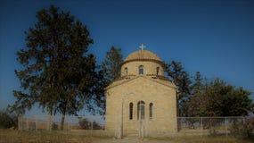 Gammal kyrka på brett fält royaltyfri foto