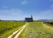 Gammal kyrka på klipporna av Etretat Royaltyfria Bilder