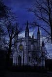 Gammal kyrka på natten Arkivbilder