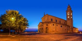 Gammal kyrka på stadfyrkant på aftonen Royaltyfria Bilder