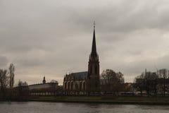 Gammal kyrka på strömförsörjningen Royaltyfri Foto