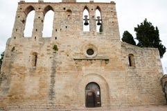 Gammal kyrka - Peratallada - Spanien royaltyfri bild
