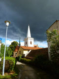 Gammal kyrka som täckas med mörka moln Royaltyfria Foton
