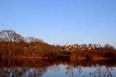 Gammal kyrka vid floden Arkivfoto