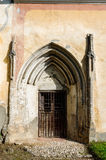 Gammal kyrklig bakdörr, transylvania arkitektur Arkivfoto