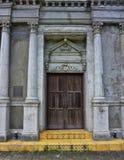 Gammal kyrklig dörringång arkivbild