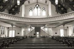 Gammal kyrklig kyrkbänkar och balkong royaltyfri fotografi
