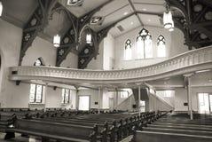 Gammal kyrklig kyrkbänkar och balkong royaltyfria bilder