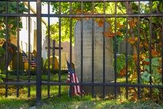 Gammal kyrklig kyrkogård bak järnstaketet royaltyfri fotografi