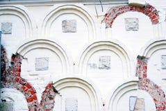 Gammal kyrklig vägg i Treenighet Sergius Lavra Royaltyfri Bild
