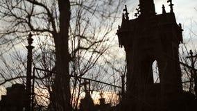 Gammal kyrkogård med forntida kors 3 stock video