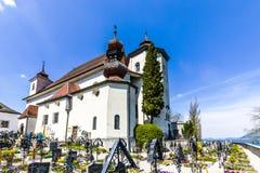 Gammal kyrkogård på den kyrkliga gården Arkivfoto