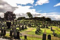 Gammal kyrkogård på en solig dag - Stirling, UK royaltyfria foton