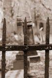 Gammal kyrkogård till och med järnfäktning Royaltyfria Foton