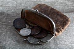 Gammal läderhandväska med mynt Fotografering för Bildbyråer