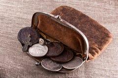 Gammal läderhandväska med silvermynt Arkivbilder