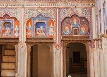 Gammal lättrogen freskomålning med stående av folk, modeller på historiska hem- väggar av Indien Royaltyfri Fotografi