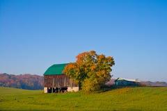 Gammal ladugård i ett fält Arkivbilder