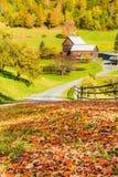 Gammal ladugård i härligt Vermont höstlandskap arkivfoto
