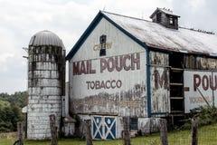 Gammal ladugård med den målade annonseringen för tobak för postpåse i lantliga Ohio Royaltyfri Bild