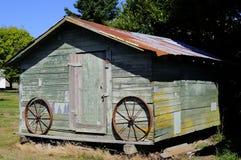 Gammal ladugård med gamla hjul Fotografering för Bildbyråer