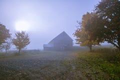Gammal ladugård på en dimmig blå höstmorgon i Vermont royaltyfri fotografi