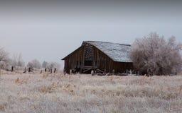 Gammal ladugård på en kall vinterdag Arkivbilder