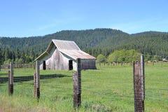 Gammal ladugård på ett avstånd Royaltyfri Fotografi