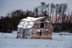 Gammal ladugård under vintern fotografering för bildbyråer