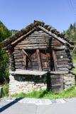 Gammal ladugårdchalet på Fusio på den Maggia dalen Royaltyfri Bild
