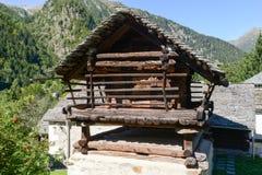 Gammal ladugårdchalet på Mogno på den Maggia dalen Arkivfoton