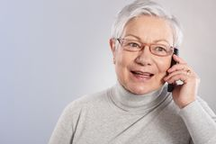 Gammal lady på mobilt le för telefon Royaltyfria Bilder