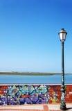 Gammal lampa bredvid den målade väggen royaltyfria bilder