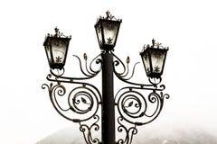 Gammal lampa i dimman På white Fotografering för Bildbyråer
