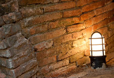 Gammal lampa i tegelstentunnelen Arkivfoto