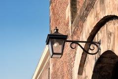 Gammal lampa och byggnad Royaltyfria Bilder