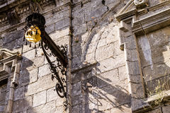 Gammal lampa på en domkyrkafasad Arkivfoton